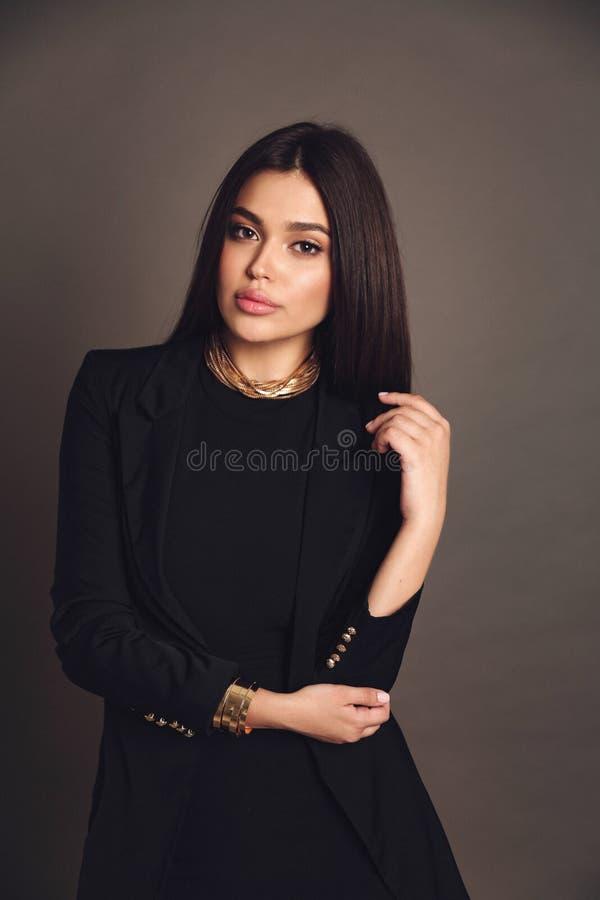 Mujer hermosa con pelo oscuro en vestido elegante con accesorios imágenes de archivo libres de regalías