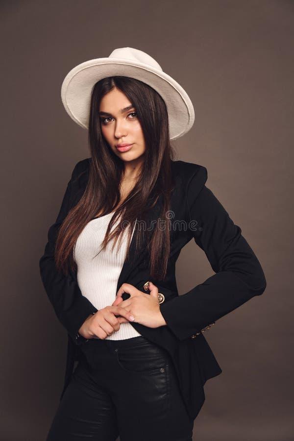 Mujer hermosa con pelo oscuro en vestido elegante con accesorios imagenes de archivo