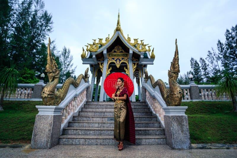Mujer hermosa con rey tradicional tailandés Rama 1 del vestido imagen de archivo libre de regalías