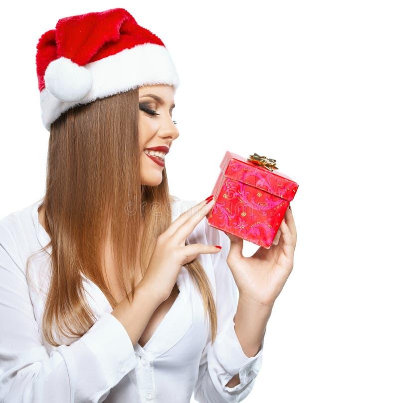 Mujer hermosa con Santa& x27; sombrero de s que lleva a cabo un presente fotos de archivo libres de regalías