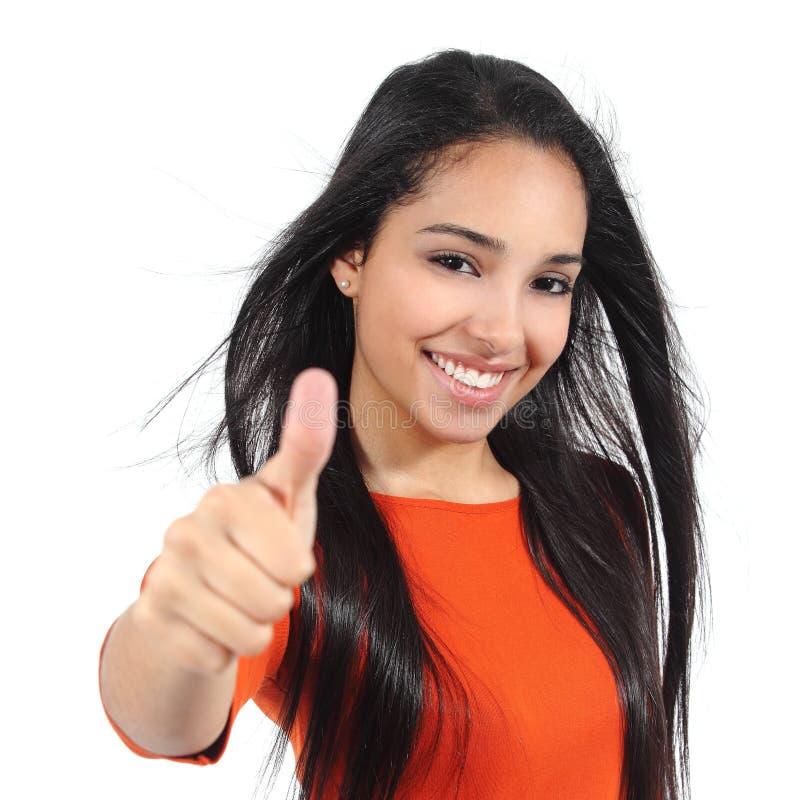Mujer hermosa con sonrisa blanca perfecta con el pulgar para arriba fotos de archivo libres de regalías