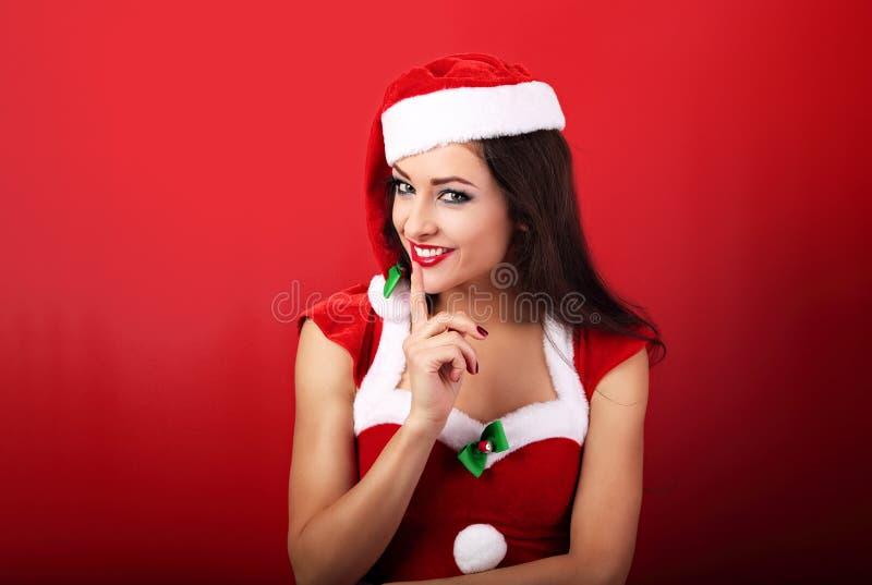 Mujer hermosa con sonrisa dentuda en costu de la Navidad de Papá Noel foto de archivo libre de regalías