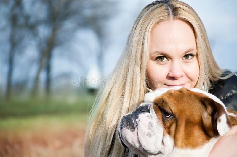 Mujer hermosa con un perro imagen de archivo libre de regalías
