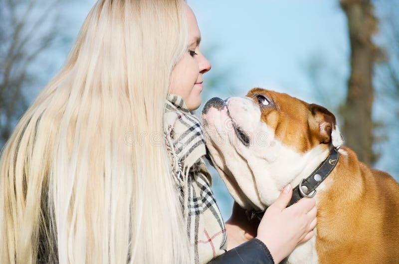 Mujer hermosa con un perro fotos de archivo libres de regalías