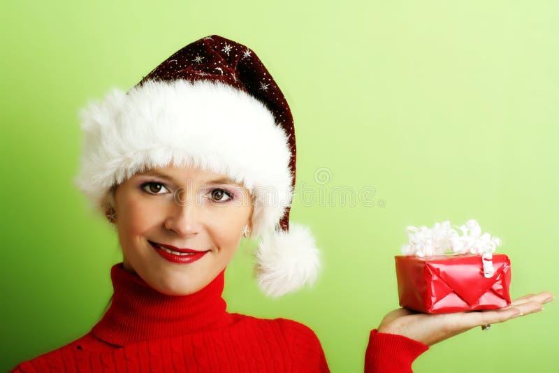 Mujer hermosa con un regalo imagen de archivo libre de regalías