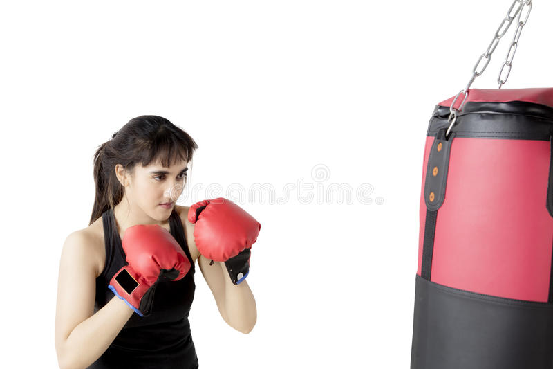 Mujer hermosa con un saco del boxeo imagen de archivo libre de regalías
