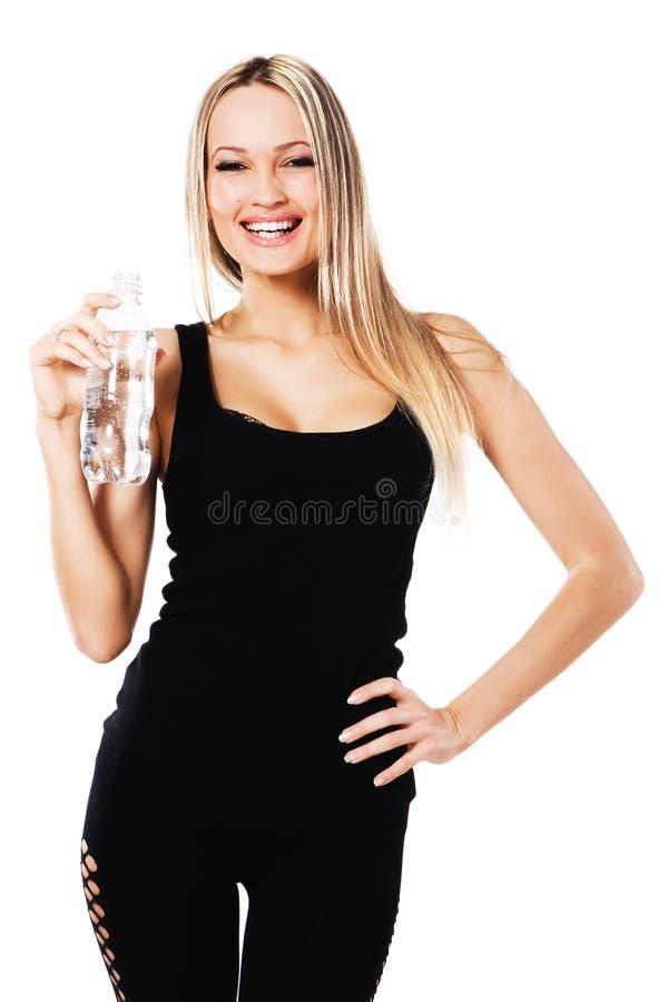 Mujer hermosa con una botella de agua dulce foto de archivo