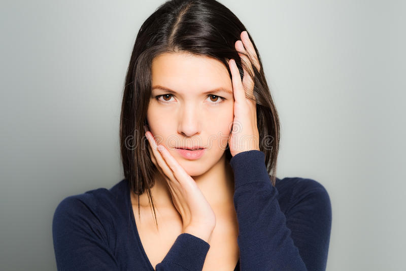 Mujer hermosa con una expresión neutral fotos de archivo