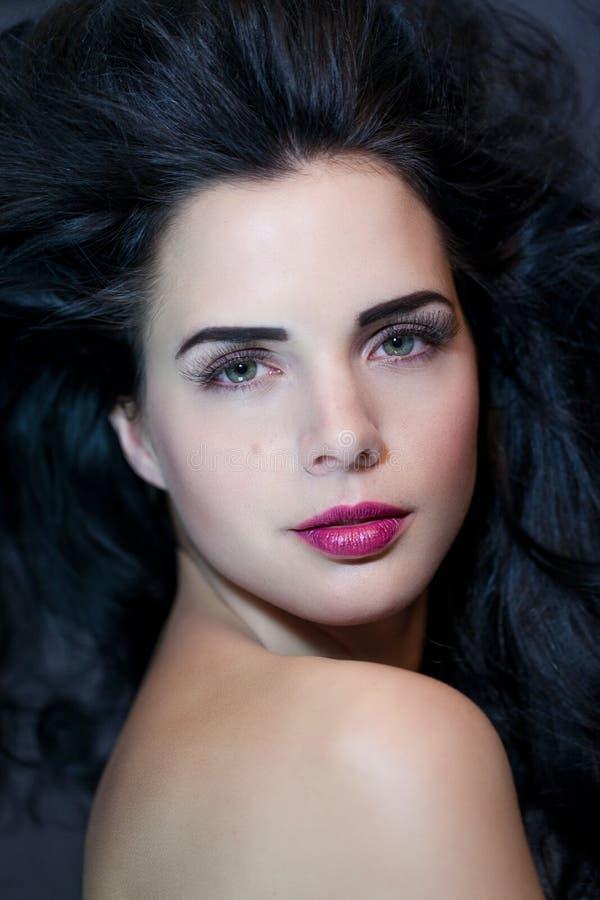Mujer hermosa con una expresión serena apacible imagenes de archivo