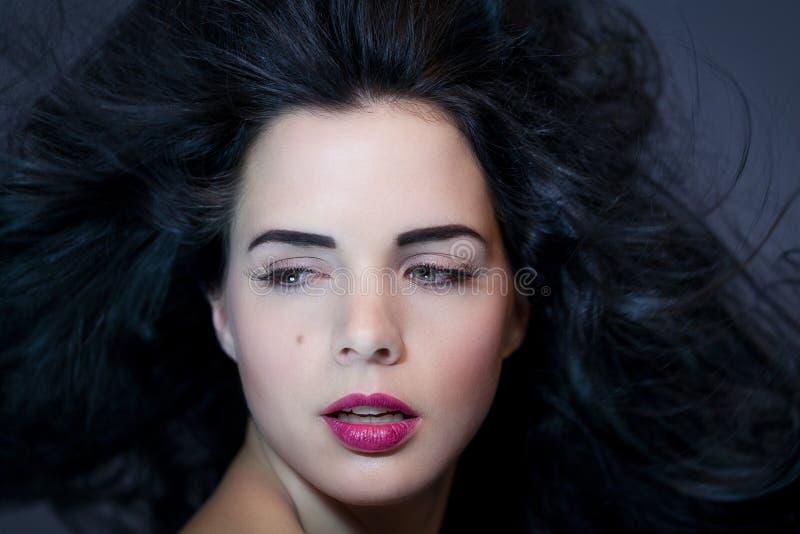Mujer hermosa con una expresión serena apacible imágenes de archivo libres de regalías