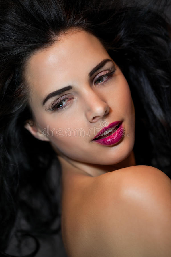 Mujer hermosa con una expresión serena apacible foto de archivo libre de regalías