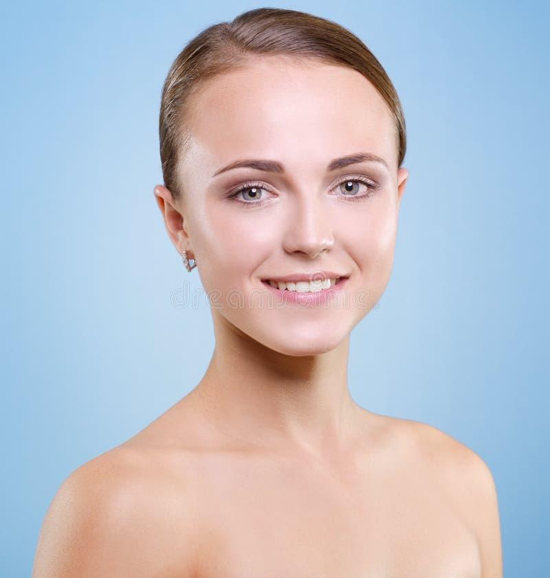 Mujer hermosa con una piel sana fotos de archivo libres de regalías