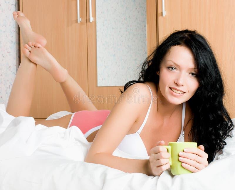 Mujer hermosa con una taza de café imagen de archivo libre de regalías