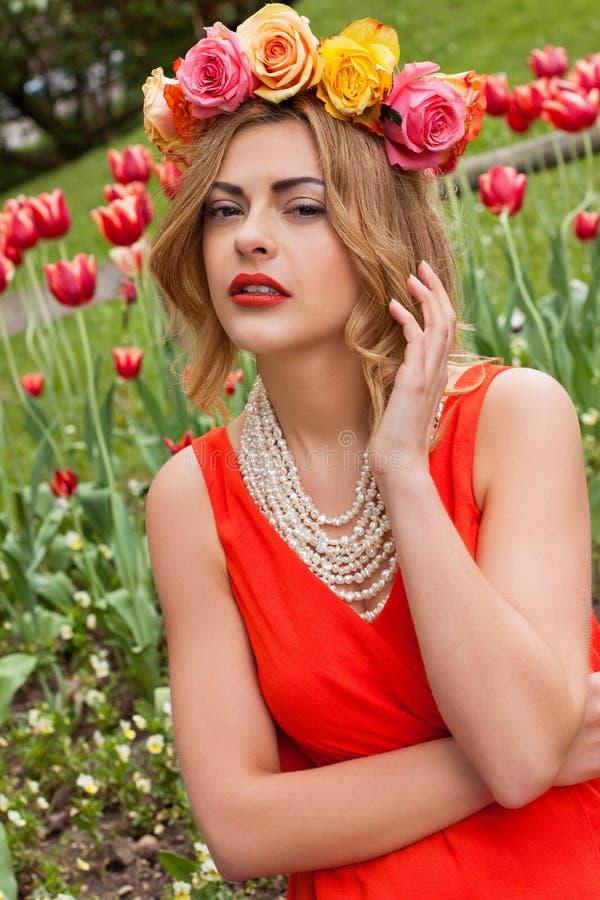 Mujer hermosa con verano al aire libre de las rosas imagenes de archivo