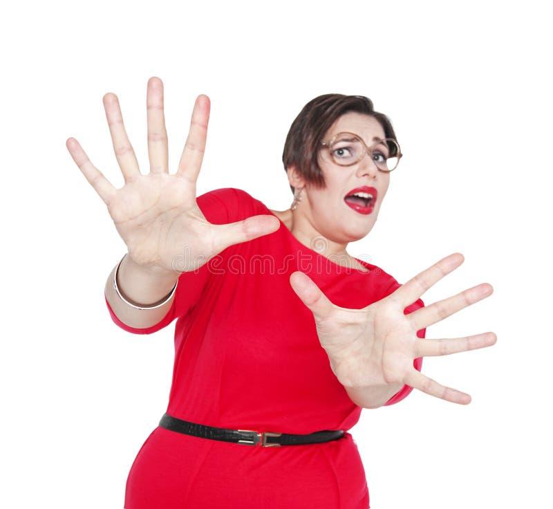 Mujer hermosa de griterío asustada del tamaño extra grande Foco en las manos fotos de archivo libres de regalías