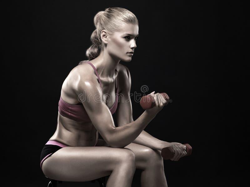 Mujer hermosa de la aptitud con pesas de gimnasia imagenes de archivo