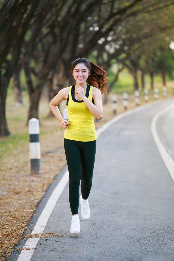 Mujer hermosa de la aptitud que corre en parque fotografía de archivo libre de regalías