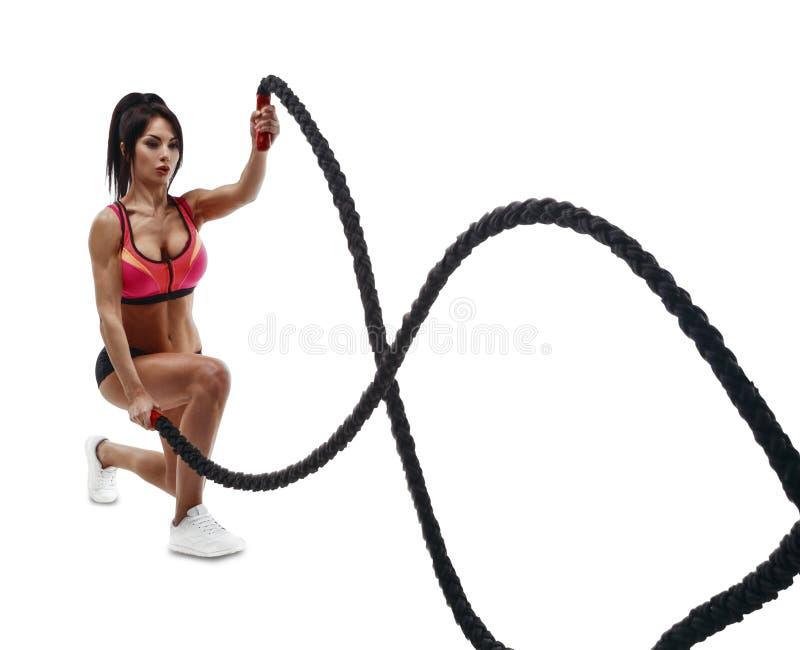 Mujer hermosa de la aptitud que hace el entrenamiento del crossfit usando cuerda fotos de archivo libres de regalías