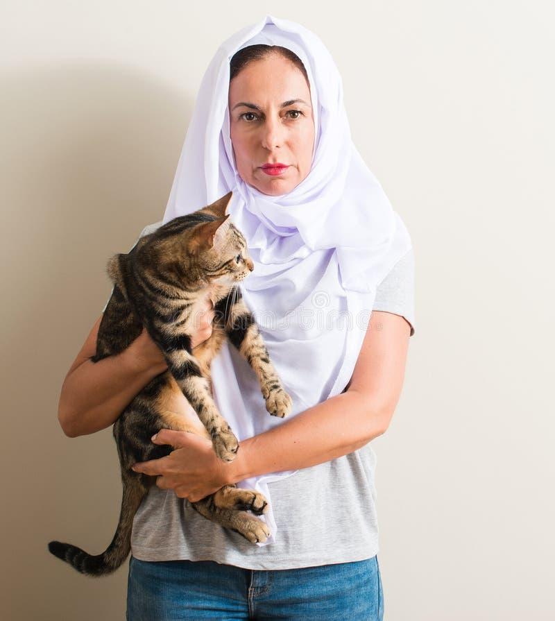 Mujer hermosa de la Edad Media con el hijab en casa imagen de archivo