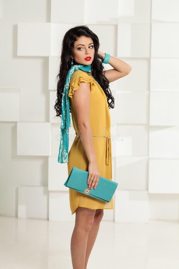 Mujer hermosa de la moda con el pelo oscuro ondulado fotos de archivo libres de regalías