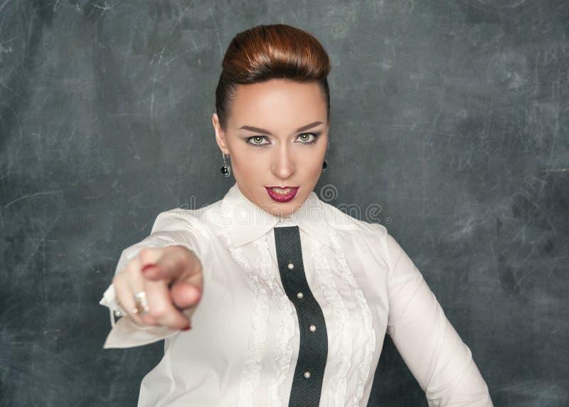Mujer hermosa de la moda que señala en alguien imágenes de archivo libres de regalías