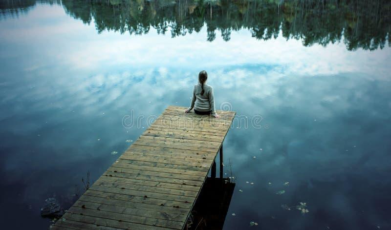 mujer hermosa de la muchacha en el puente de madera sobre el lago en el río del bosque del otoño de una calma de la abundancia de imagen de archivo libre de regalías