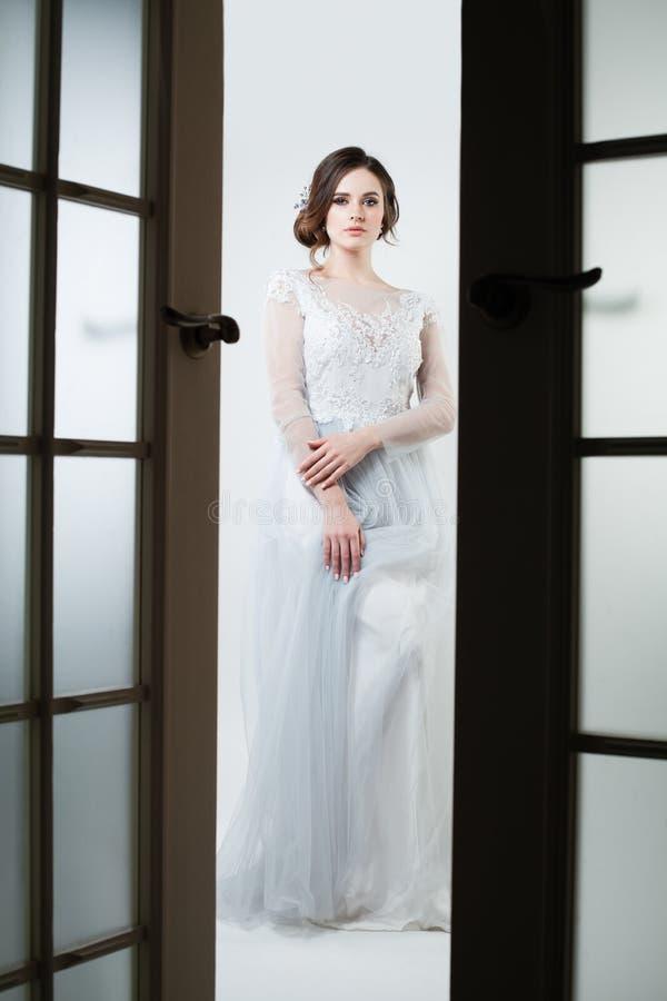 Mujer hermosa de la novia en la presentación del vestido elegante fotos de archivo