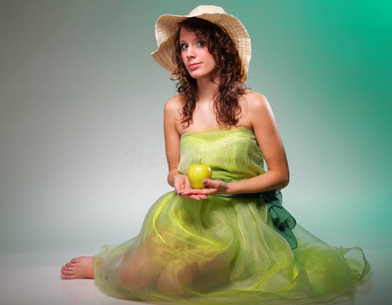 Mujer hermosa de la primavera con la manzana. Concepto verde imagen de archivo