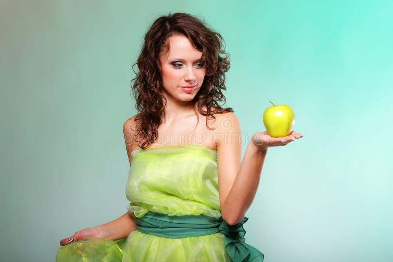 Mujer hermosa de la primavera con la manzana. Concepto verde imagen de archivo libre de regalías