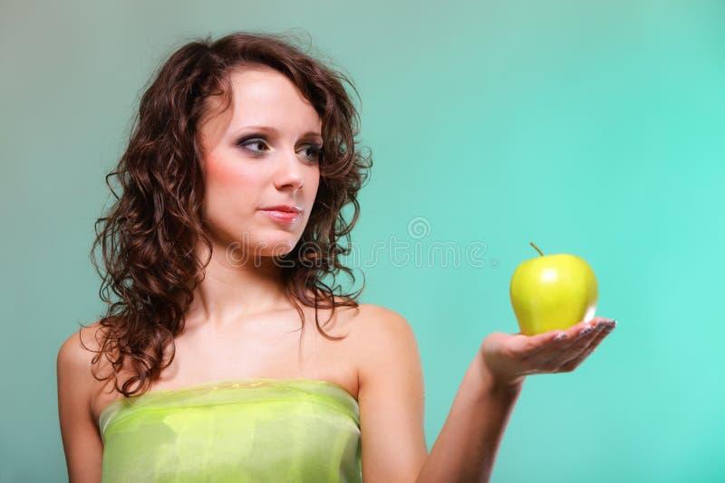 Mujer hermosa de la primavera con la manzana Concepto verde foto de archivo