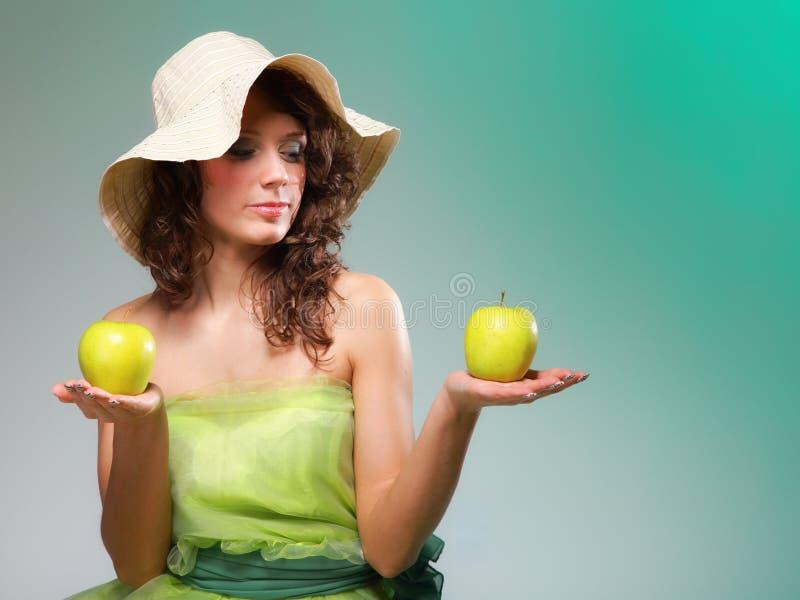 Mujer hermosa de la primavera con las manzanas. Concepto verde fotografía de archivo libre de regalías