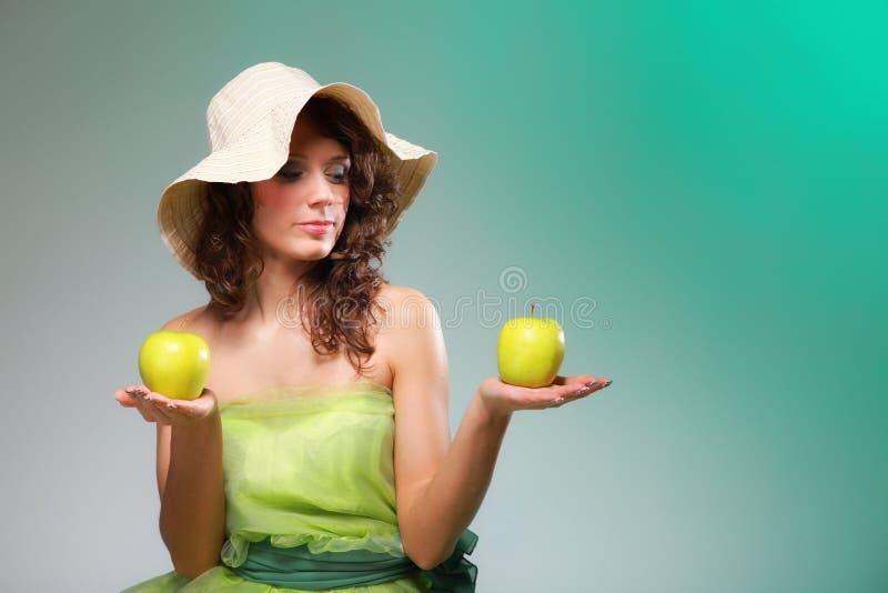 Mujer hermosa de la primavera con las manzanas. Concepto verde imagenes de archivo