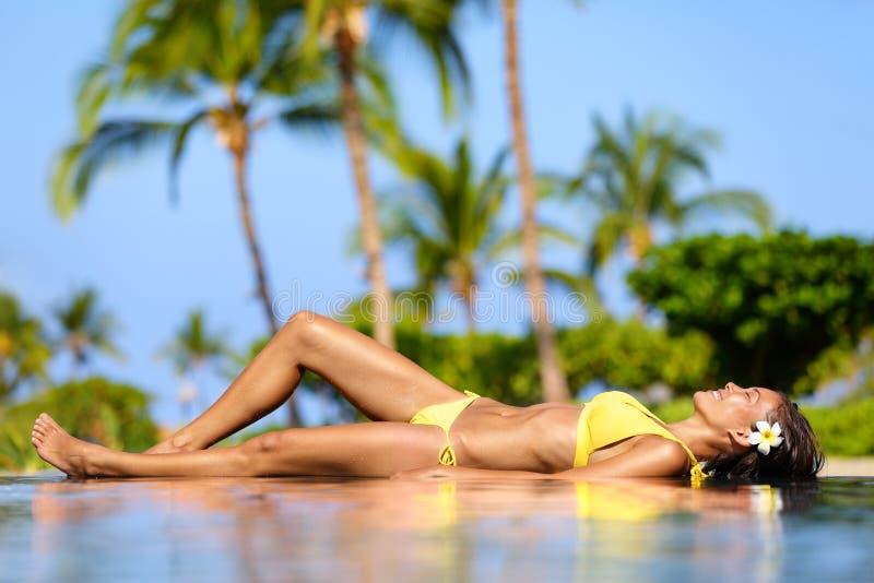 Mujer hermosa de las vacaciones que se relaja en un balneario imagen de archivo libre de regalías