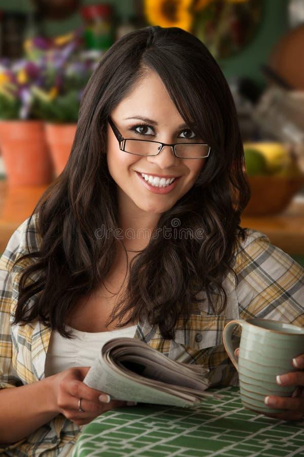 Mujer hermosa de Latina con Cofee o té imagen de archivo libre de regalías