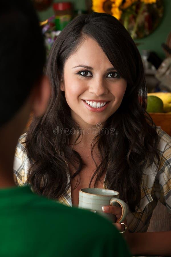 Mujer hermosa de Latina con Cofee o té y varón imágenes de archivo libres de regalías