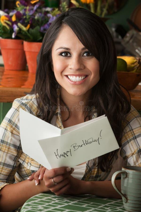 Mujer hermosa de Latina con la tarjeta de cumpleaños imagenes de archivo