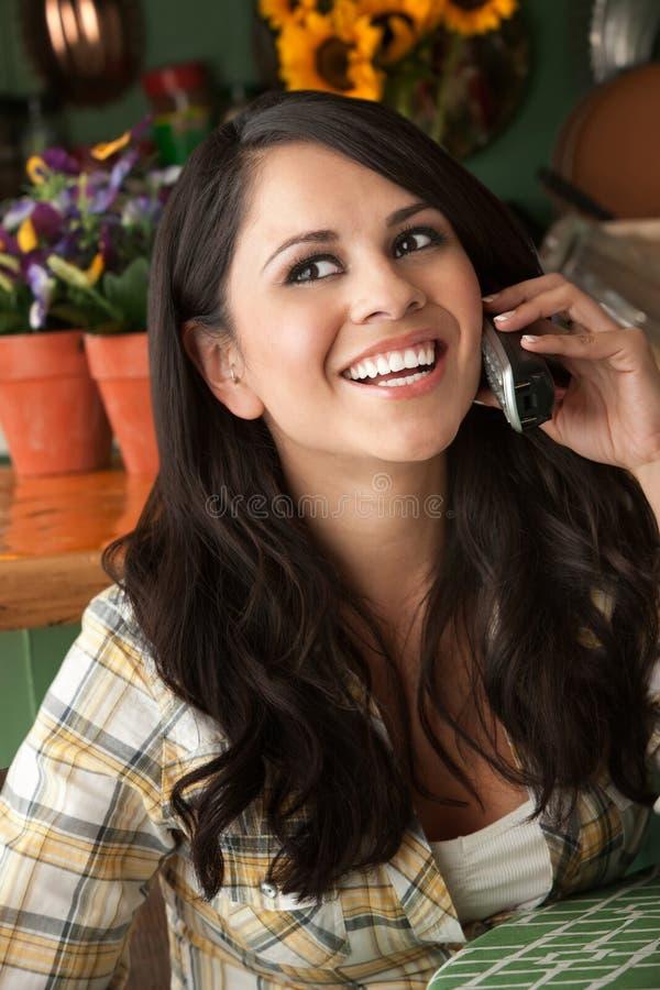 Mujer hermosa de Latina en el teléfono foto de archivo