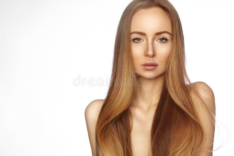 Mujer hermosa de Yong con el pelo brillante de largo recto Modelo de moda atractivo con el peinado liso del lustre Tratamiento de fotografía de archivo