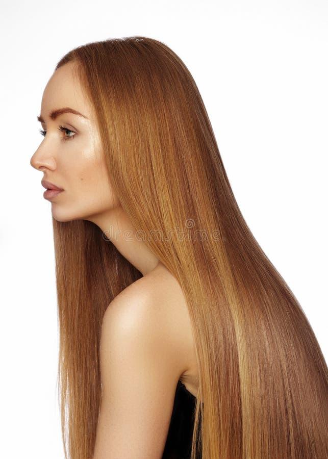 Mujer hermosa de Yong con el pelo brillante de largo recto Modelo de moda atractivo con el peinado liso del lustre Tratamiento de fotos de archivo libres de regalías