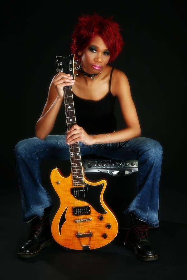 Mujer hermosa del afroamericano con la guitarra foto de archivo