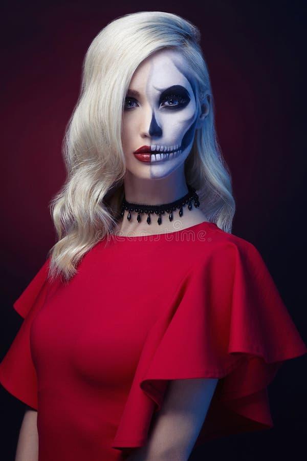 Mujer hermosa del cráneo del maquillaje de Halloween fotos de archivo libres de regalías