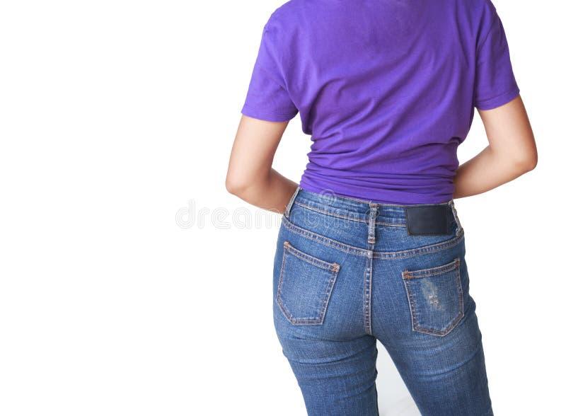 Mujer hermosa del cuerpo con la camiseta y los tejanos púrpuras fotos de archivo libres de regalías