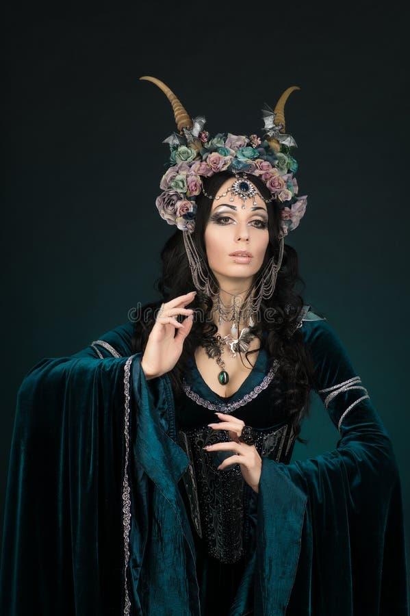 Mujer hermosa del duende de la fantasía en corona de la flor y vestido medieval imagen de archivo libre de regalías