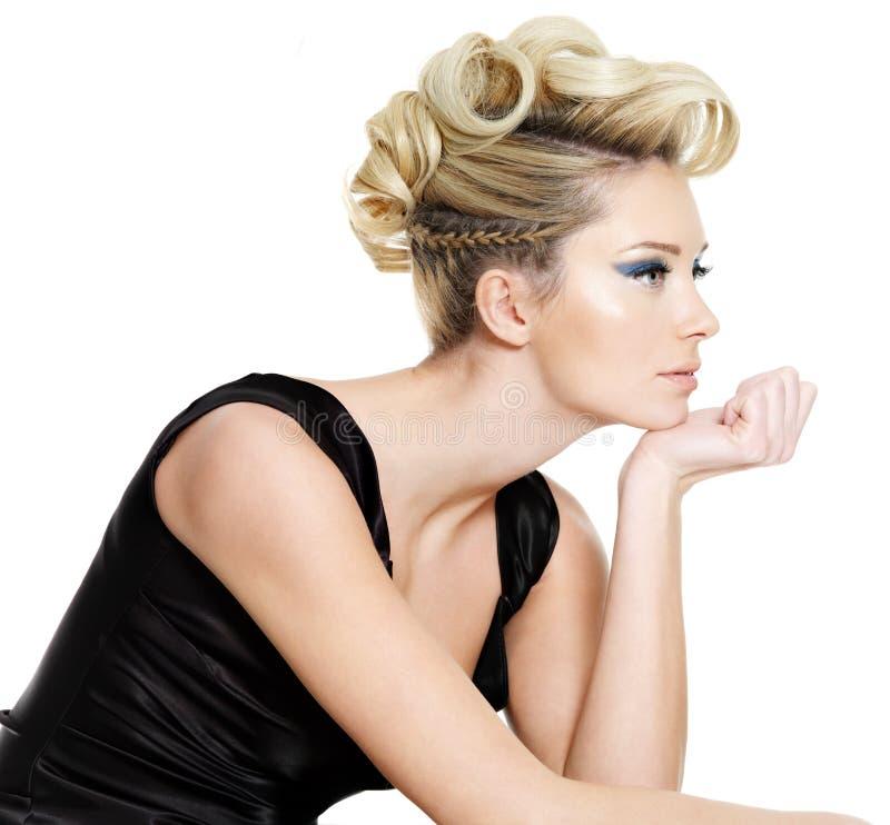 Mujer hermosa del encanto con el peinado foto de archivo