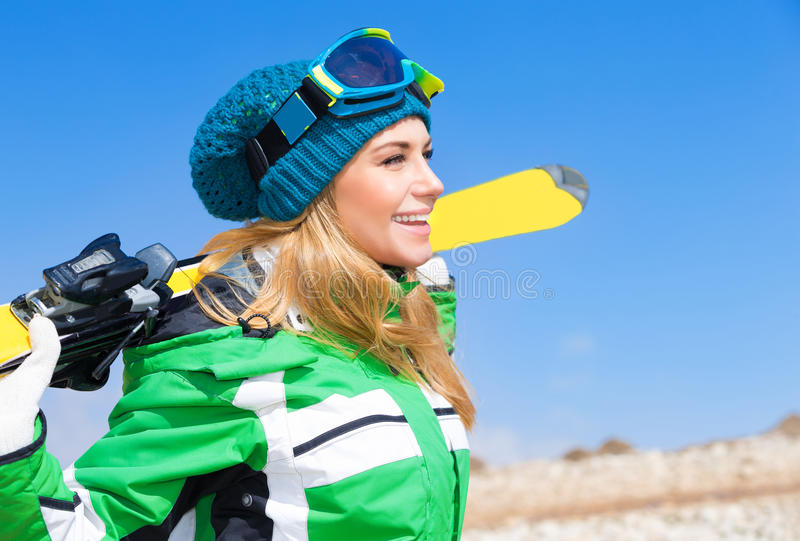 Mujer hermosa del esquiador fotos de archivo libres de regalías