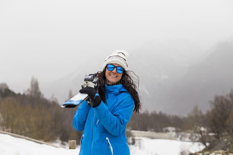 Mujer hermosa del esquiador encima de la montaña niebla Estación del invierno fotos de archivo
