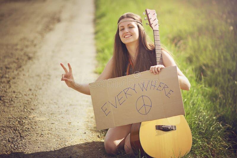 Mujer hermosa del hippie en una carretera nacional fotografía de archivo libre de regalías