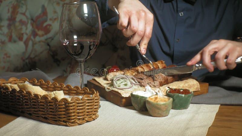 Mujer hermosa del hombre que come y que bebe en tiempo del restaurante, del almuerzo o de cena fotografía de archivo libre de regalías