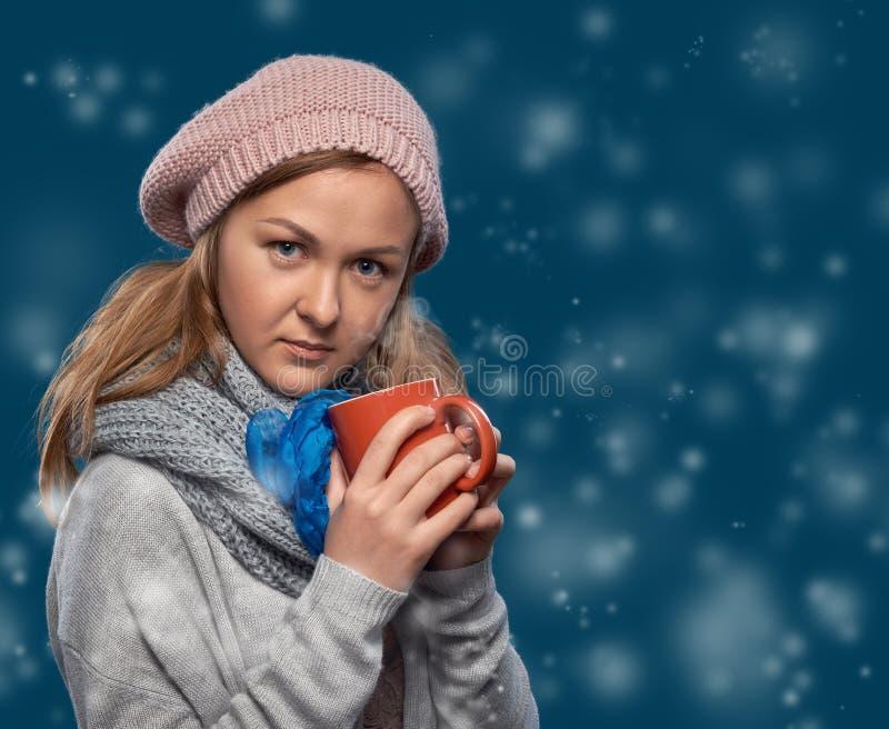 Mujer hermosa del invierno con la taza fotografía de archivo