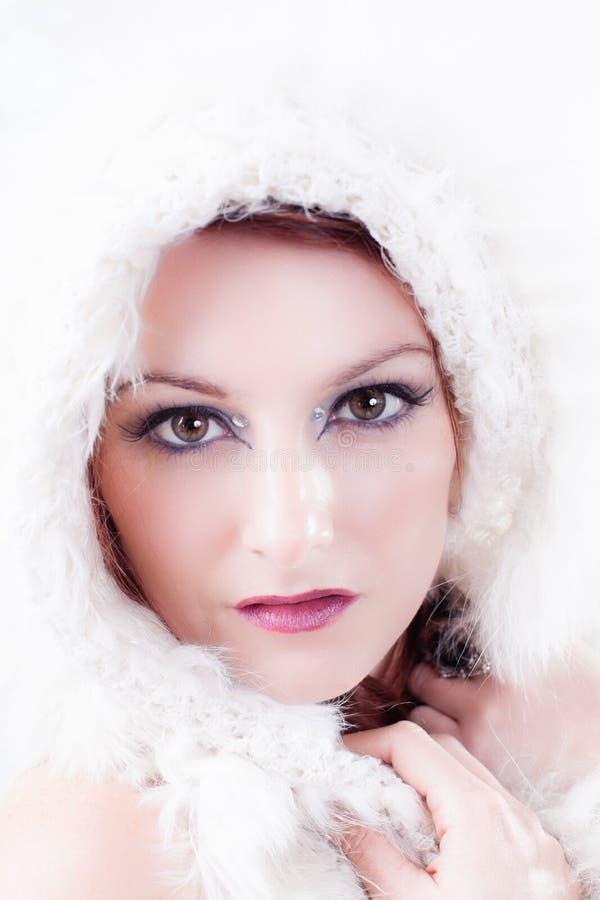 Mujer hermosa del invierno en blanco foto de archivo libre de regalías